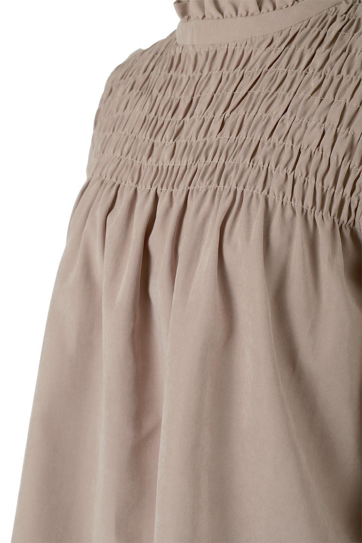 ShirringDetailPuffSleeveBlouseパフスリーブ・シャーリングブラウス大人カジュアルに最適な海外ファッションのothers(その他インポートアイテム)のトップスやシャツ・ブラウス。温かみのあるピーチフェイス加工の生地を使用した長袖ブラウス。フロントのシャーリングからの控えめなハイネックが可愛いピント。/main-19