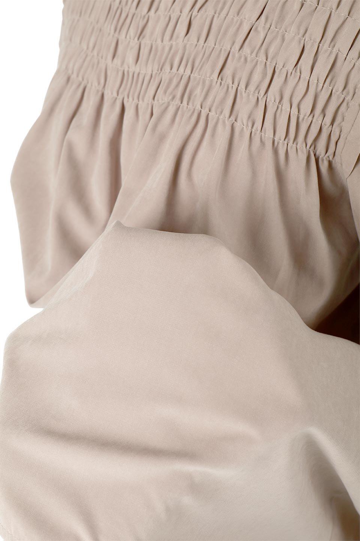 ShirringDetailPuffSleeveBlouseパフスリーブ・シャーリングブラウス大人カジュアルに最適な海外ファッションのothers(その他インポートアイテム)のトップスやシャツ・ブラウス。温かみのあるピーチフェイス加工の生地を使用した長袖ブラウス。フロントのシャーリングからの控えめなハイネックが可愛いピント。/main-23