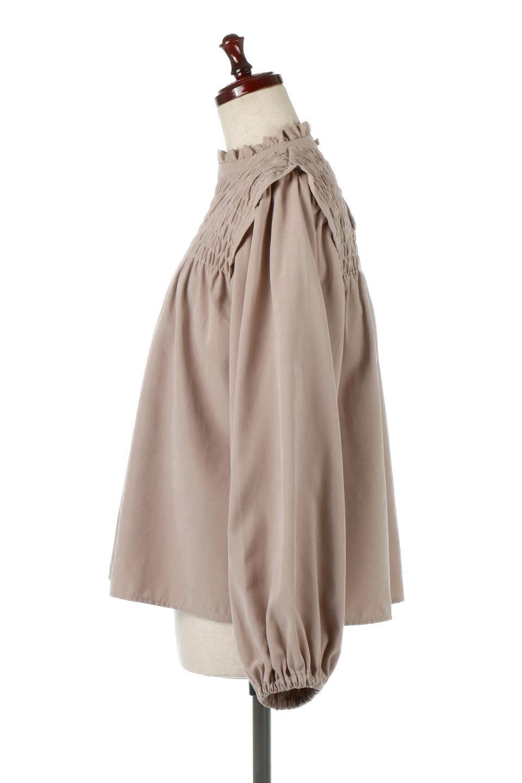 ShirringDetailPuffSleeveBlouseパフスリーブ・シャーリングブラウス大人カジュアルに最適な海外ファッションのothers(その他インポートアイテム)のトップスやシャツ・ブラウス。温かみのあるピーチフェイス加工の生地を使用した長袖ブラウス。フロントのシャーリングからの控えめなハイネックが可愛いピント。/main-7