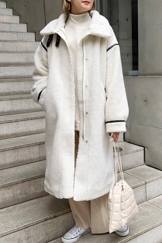 ShearlingFleeceStrappedNeckCoatボア&パイピング・ハイネックコート大人カジュアルに最適な海外ファッションのothers(その他インポートアイテム)のアウターやコート。首元まで暖かい、ミリタリー調のストラップが可愛いハイネックのボアロングコート。要所要所に施した合皮パイピングデザインがポイントになり、全体をスタイリッシュな雰囲気に仕上げてくれます。/main-26