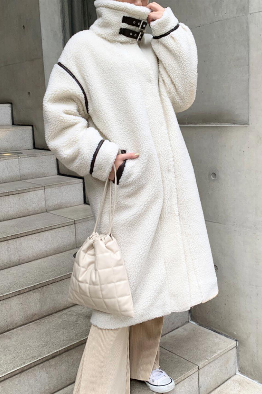 ShearlingFleeceStrappedNeckCoatボア&パイピング・ハイネックコート大人カジュアルに最適な海外ファッションのothers(その他インポートアイテム)のアウターやコート。首元まで暖かい、ミリタリー調のストラップが可愛いハイネックのボアロングコート。要所要所に施した合皮パイピングデザインがポイントになり、全体をスタイリッシュな雰囲気に仕上げてくれます。/main-28