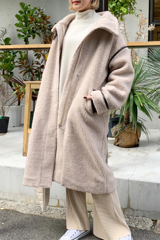 ShearlingFleeceStrappedNeckCoatボア&パイピング・ハイネックコート大人カジュアルに最適な海外ファッションのothers(その他インポートアイテム)のアウターやコート。首元まで暖かい、ミリタリー調のストラップが可愛いハイネックのボアロングコート。要所要所に施した合皮パイピングデザインがポイントになり、全体をスタイリッシュな雰囲気に仕上げてくれます。/main-29