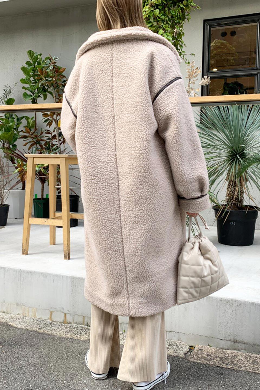 ShearlingFleeceStrappedNeckCoatボア&パイピング・ハイネックコート大人カジュアルに最適な海外ファッションのothers(その他インポートアイテム)のアウターやコート。首元まで暖かい、ミリタリー調のストラップが可愛いハイネックのボアロングコート。要所要所に施した合皮パイピングデザインがポイントになり、全体をスタイリッシュな雰囲気に仕上げてくれます。/main-31