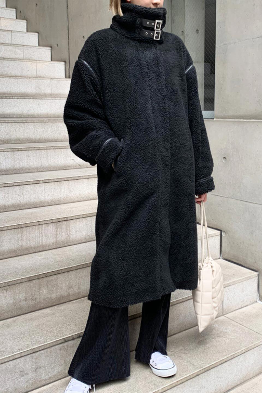 ShearlingFleeceStrappedNeckCoatボア&パイピング・ハイネックコート大人カジュアルに最適な海外ファッションのothers(その他インポートアイテム)のアウターやコート。首元まで暖かい、ミリタリー調のストラップが可愛いハイネックのボアロングコート。要所要所に施した合皮パイピングデザインがポイントになり、全体をスタイリッシュな雰囲気に仕上げてくれます。/main-32