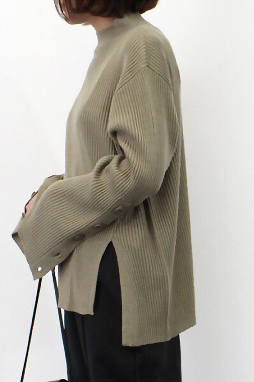 ButtonSleeveSideSlitTopボタンスリーブ・リブニットトップ大人カジュアルに最適な海外ファッションのothers(その他インポートアイテム)のトップスやカットソー。大きめボタンの袖が可愛いリブニットのハイネックトップス。厚すぎない生地感で春にも活躍するアイテムです。/main-33