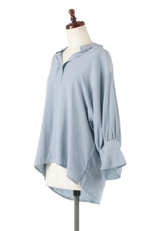 FrillSleeveSlitNeckBlouse袖フリル・キーネックブラウス大人カジュアルに最適な海外ファッションのothers(その他インポートアイテム)のトップスやシャツ・ブラウス。さりげない袖のフリルが可愛らしすぎずオトナな印象のブラウス。くびもとはVネックになっているのですっきりして、パンツにもスカートにも合わせやすい丈感。/main-1