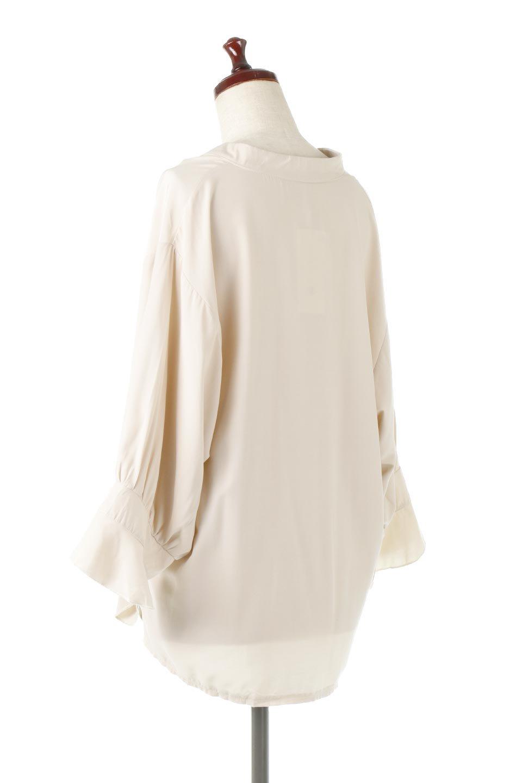 FrillSleeveSlitNeckBlouse袖フリル・キーネックブラウス大人カジュアルに最適な海外ファッションのothers(その他インポートアイテム)のトップスやシャツ・ブラウス。さりげない袖のフリルが可愛らしすぎずオトナな印象のブラウス。くびもとはVネックになっているのですっきりして、パンツにもスカートにも合わせやすい丈感。/main-13