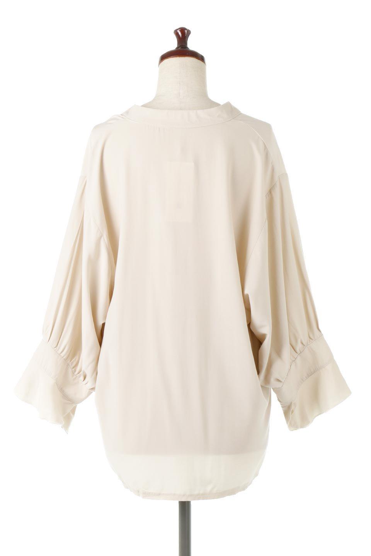 FrillSleeveSlitNeckBlouse袖フリル・キーネックブラウス大人カジュアルに最適な海外ファッションのothers(その他インポートアイテム)のトップスやシャツ・ブラウス。さりげない袖のフリルが可愛らしすぎずオトナな印象のブラウス。くびもとはVネックになっているのですっきりして、パンツにもスカートにも合わせやすい丈感。/main-14