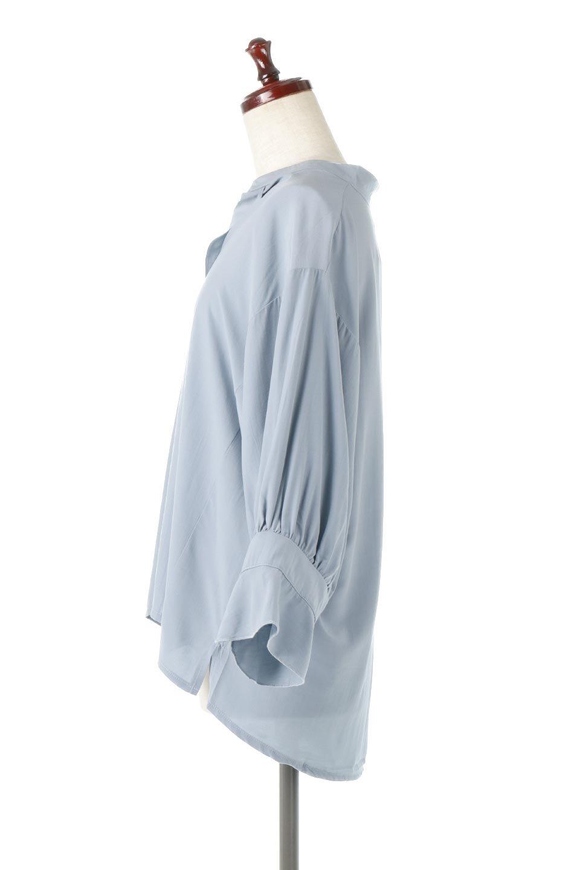 FrillSleeveSlitNeckBlouse袖フリル・キーネックブラウス大人カジュアルに最適な海外ファッションのothers(その他インポートアイテム)のトップスやシャツ・ブラウス。さりげない袖のフリルが可愛らしすぎずオトナな印象のブラウス。くびもとはVネックになっているのですっきりして、パンツにもスカートにも合わせやすい丈感。/main-2