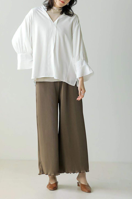 FrillSleeveSlitNeckBlouse袖フリル・キーネックブラウス大人カジュアルに最適な海外ファッションのothers(その他インポートアイテム)のトップスやシャツ・ブラウス。さりげない袖のフリルが可愛らしすぎずオトナな印象のブラウス。くびもとはVネックになっているのですっきりして、パンツにもスカートにも合わせやすい丈感。/main-24