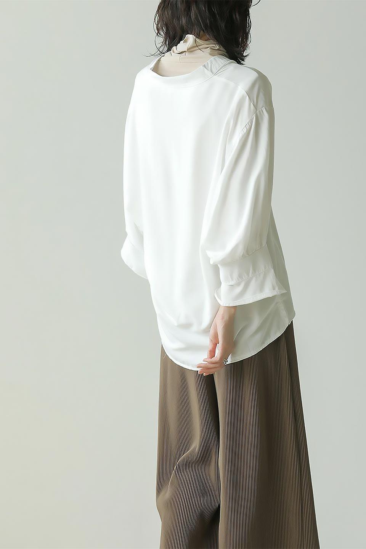 FrillSleeveSlitNeckBlouse袖フリル・キーネックブラウス大人カジュアルに最適な海外ファッションのothers(その他インポートアイテム)のトップスやシャツ・ブラウス。さりげない袖のフリルが可愛らしすぎずオトナな印象のブラウス。くびもとはVネックになっているのですっきりして、パンツにもスカートにも合わせやすい丈感。/main-26