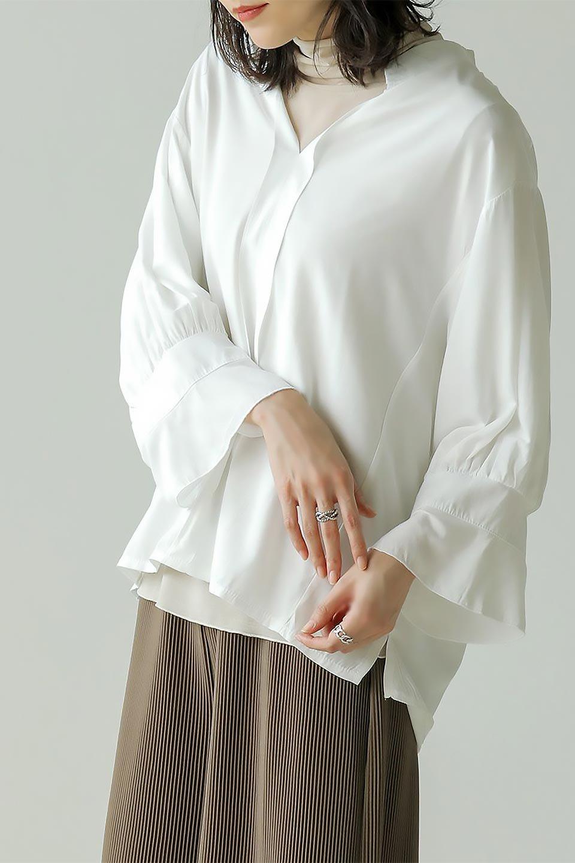 FrillSleeveSlitNeckBlouse袖フリル・キーネックブラウス大人カジュアルに最適な海外ファッションのothers(その他インポートアイテム)のトップスやシャツ・ブラウス。さりげない袖のフリルが可愛らしすぎずオトナな印象のブラウス。くびもとはVネックになっているのですっきりして、パンツにもスカートにも合わせやすい丈感。/main-27