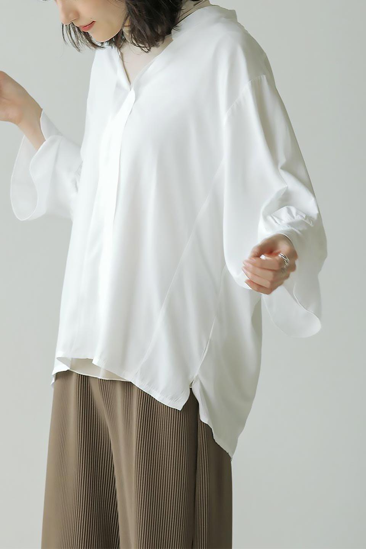 FrillSleeveSlitNeckBlouse袖フリル・キーネックブラウス大人カジュアルに最適な海外ファッションのothers(その他インポートアイテム)のトップスやシャツ・ブラウス。さりげない袖のフリルが可愛らしすぎずオトナな印象のブラウス。くびもとはVネックになっているのですっきりして、パンツにもスカートにも合わせやすい丈感。/main-28