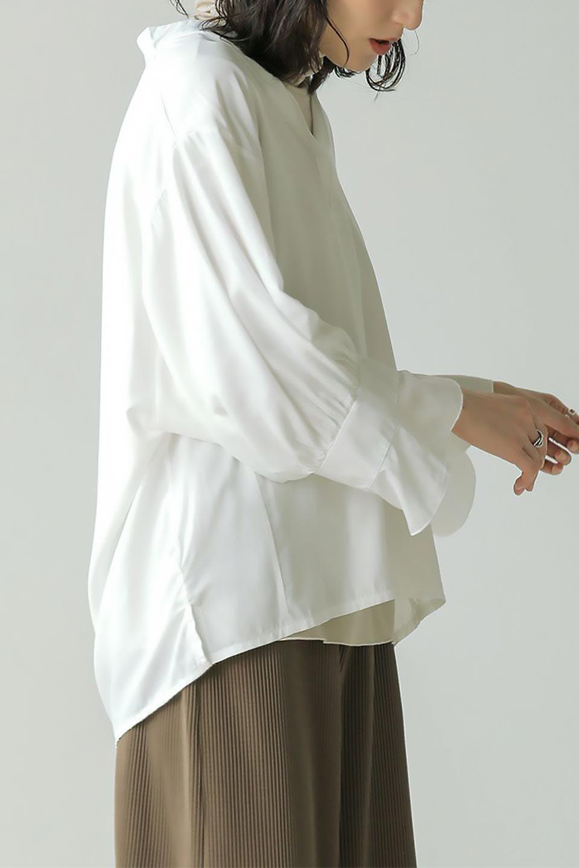 FrillSleeveSlitNeckBlouse袖フリル・キーネックブラウス大人カジュアルに最適な海外ファッションのothers(その他インポートアイテム)のトップスやシャツ・ブラウス。さりげない袖のフリルが可愛らしすぎずオトナな印象のブラウス。くびもとはVネックになっているのですっきりして、パンツにもスカートにも合わせやすい丈感。/main-29