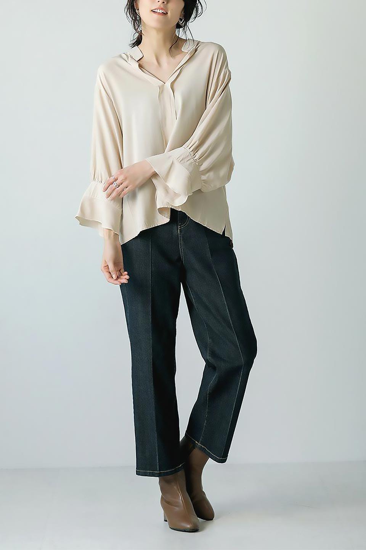 FrillSleeveSlitNeckBlouse袖フリル・キーネックブラウス大人カジュアルに最適な海外ファッションのothers(その他インポートアイテム)のトップスやシャツ・ブラウス。さりげない袖のフリルが可愛らしすぎずオトナな印象のブラウス。くびもとはVネックになっているのですっきりして、パンツにもスカートにも合わせやすい丈感。/main-30