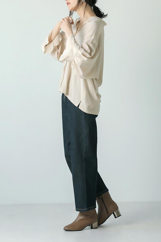 FrillSleeveSlitNeckBlouse袖フリル・キーネックブラウス大人カジュアルに最適な海外ファッションのothers(その他インポートアイテム)のトップスやシャツ・ブラウス。さりげない袖のフリルが可愛らしすぎずオトナな印象のブラウス。くびもとはVネックになっているのですっきりして、パンツにもスカートにも合わせやすい丈感。/main-31