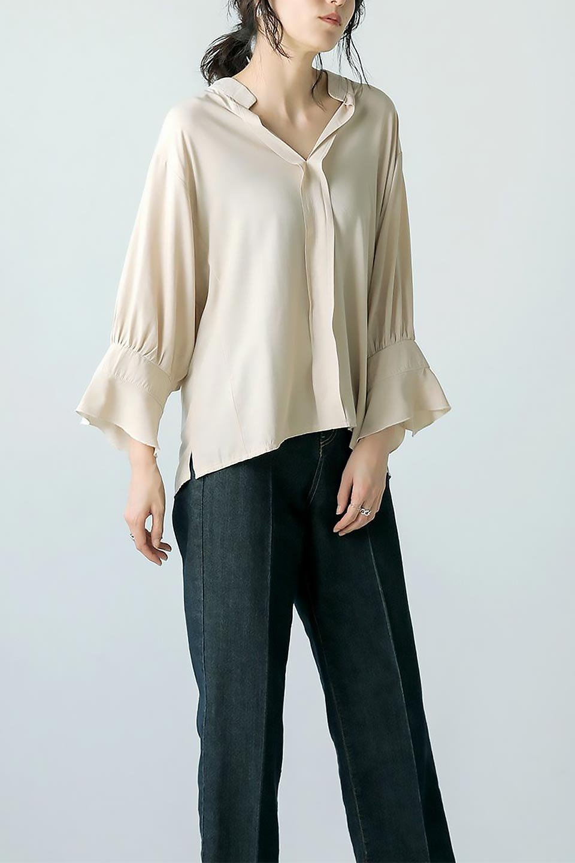 FrillSleeveSlitNeckBlouse袖フリル・キーネックブラウス大人カジュアルに最適な海外ファッションのothers(その他インポートアイテム)のトップスやシャツ・ブラウス。さりげない袖のフリルが可愛らしすぎずオトナな印象のブラウス。くびもとはVネックになっているのですっきりして、パンツにもスカートにも合わせやすい丈感。/main-32