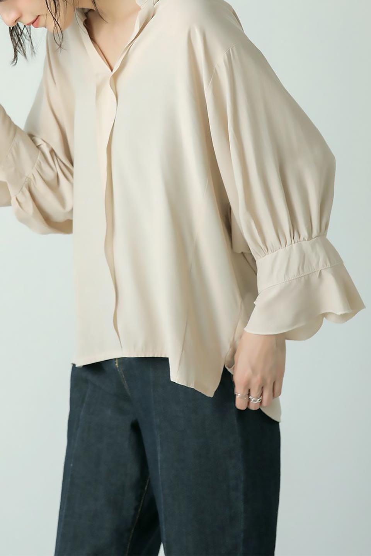 FrillSleeveSlitNeckBlouse袖フリル・キーネックブラウス大人カジュアルに最適な海外ファッションのothers(その他インポートアイテム)のトップスやシャツ・ブラウス。さりげない袖のフリルが可愛らしすぎずオトナな印象のブラウス。くびもとはVネックになっているのですっきりして、パンツにもスカートにも合わせやすい丈感。/main-33