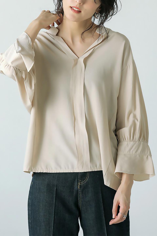 FrillSleeveSlitNeckBlouse袖フリル・キーネックブラウス大人カジュアルに最適な海外ファッションのothers(その他インポートアイテム)のトップスやシャツ・ブラウス。さりげない袖のフリルが可愛らしすぎずオトナな印象のブラウス。くびもとはVネックになっているのですっきりして、パンツにもスカートにも合わせやすい丈感。/main-34