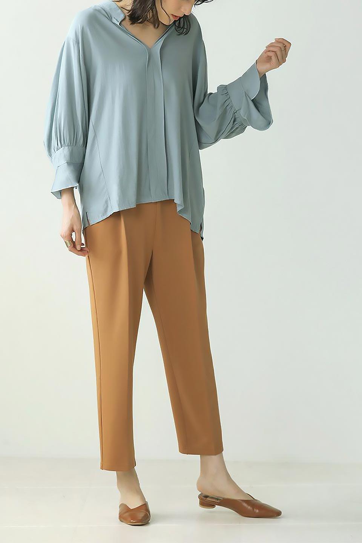 FrillSleeveSlitNeckBlouse袖フリル・キーネックブラウス大人カジュアルに最適な海外ファッションのothers(その他インポートアイテム)のトップスやシャツ・ブラウス。さりげない袖のフリルが可愛らしすぎずオトナな印象のブラウス。くびもとはVネックになっているのですっきりして、パンツにもスカートにも合わせやすい丈感。/main-35