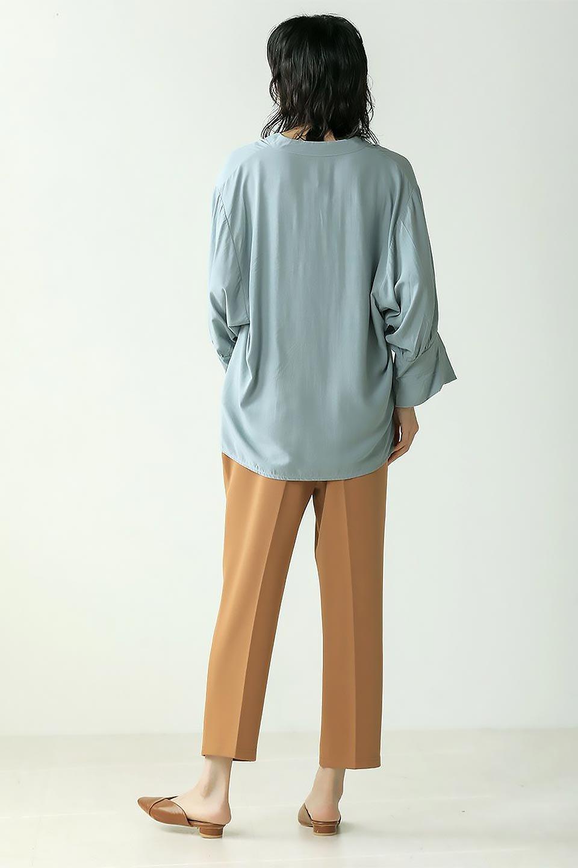 FrillSleeveSlitNeckBlouse袖フリル・キーネックブラウス大人カジュアルに最適な海外ファッションのothers(その他インポートアイテム)のトップスやシャツ・ブラウス。さりげない袖のフリルが可愛らしすぎずオトナな印象のブラウス。くびもとはVネックになっているのですっきりして、パンツにもスカートにも合わせやすい丈感。/main-37