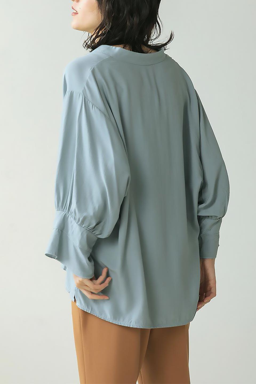 FrillSleeveSlitNeckBlouse袖フリル・キーネックブラウス大人カジュアルに最適な海外ファッションのothers(その他インポートアイテム)のトップスやシャツ・ブラウス。さりげない袖のフリルが可愛らしすぎずオトナな印象のブラウス。くびもとはVネックになっているのですっきりして、パンツにもスカートにも合わせやすい丈感。/main-39
