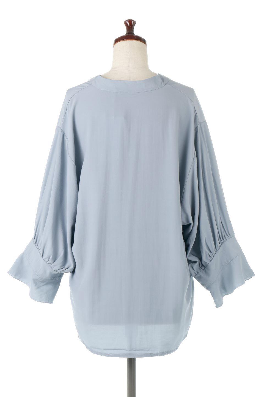 FrillSleeveSlitNeckBlouse袖フリル・キーネックブラウス大人カジュアルに最適な海外ファッションのothers(その他インポートアイテム)のトップスやシャツ・ブラウス。さりげない袖のフリルが可愛らしすぎずオトナな印象のブラウス。くびもとはVネックになっているのですっきりして、パンツにもスカートにも合わせやすい丈感。/main-4