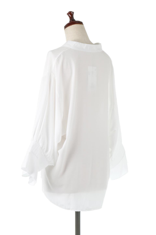 FrillSleeveSlitNeckBlouse袖フリル・キーネックブラウス大人カジュアルに最適な海外ファッションのothers(その他インポートアイテム)のトップスやシャツ・ブラウス。さりげない袖のフリルが可愛らしすぎずオトナな印象のブラウス。くびもとはVネックになっているのですっきりして、パンツにもスカートにも合わせやすい丈感。/main-8