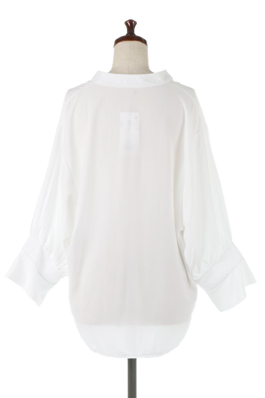 FrillSleeveSlitNeckBlouse袖フリル・キーネックブラウス大人カジュアルに最適な海外ファッションのothers(その他インポートアイテム)のトップスやシャツ・ブラウス。さりげない袖のフリルが可愛らしすぎずオトナな印象のブラウス。くびもとはVネックになっているのですっきりして、パンツにもスカートにも合わせやすい丈感。/main-9