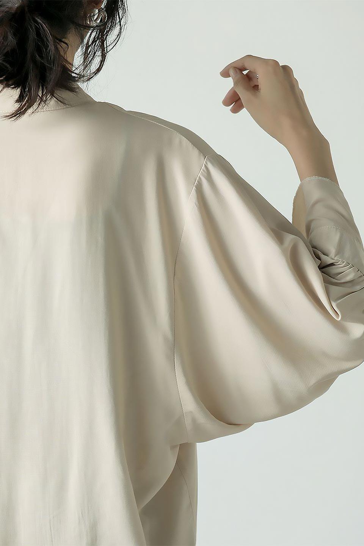 SatinLongShirtsTunicロング丈・サテンシャツチュニック大人カジュアルに最適な海外ファッションのothers(その他インポートアイテム)のトップスやシャツ・ブラウス。普段のコーディネートにプラスするだけで可愛いコーデが完成するツヤ感のあるシャツチュニック。お尻までしっかりと隠れるオーバーサイズがかわいく、いろいろと着こなしができるアイテム。/main-26