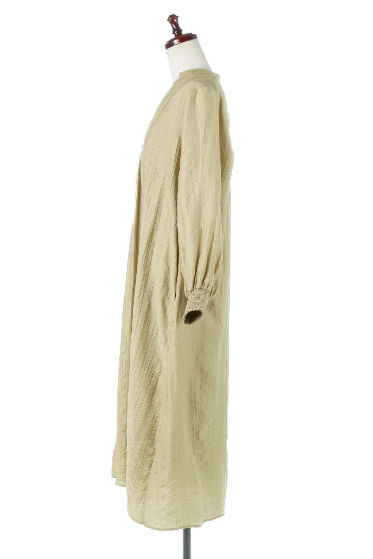 PinTuckFlareLongDressピンタック・ロングワンピース大人カジュアルに最適な海外ファッションのothers(その他インポートアイテム)のワンピースやマキシワンピース。広がりを抑えたシルエットに仕上げ、全体を落ち着いた雰囲気に落とし込んだワンピース。フロントは細かいタックを施したクセのないデザインで、胸元の開きは深めにし、すっきりした印象に。/main-2