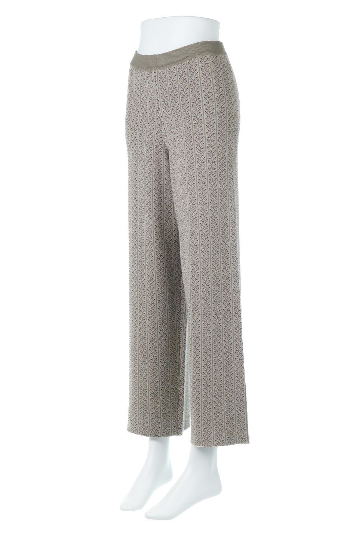 JacquardWeaveSoftKnitPantsソフトジャカード・ニットパンツ大人カジュアルに最適な海外ファッションのothers(その他インポートアイテム)のボトムやパンツ。オリジナルの幾何学な花柄を4色の糸を使いレトロに表現したジャカード織りのロングパンツ。柄のパンツに抵抗がある方でも試しやすいニュアンス感がある曖昧なカラーで、「日常に馴染み」「大人のはずし」に丁度よいソフトな履き心地のパンツです。/main-1