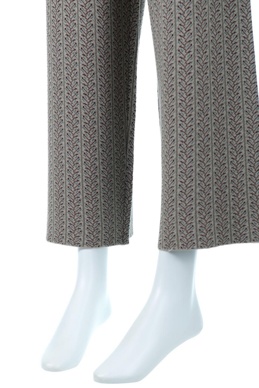 JacquardWeaveSoftKnitPantsソフトジャカード・ニットパンツ大人カジュアルに最適な海外ファッションのothers(その他インポートアイテム)のボトムやパンツ。オリジナルの幾何学な花柄を4色の糸を使いレトロに表現したジャカード織りのロングパンツ。柄のパンツに抵抗がある方でも試しやすいニュアンス感がある曖昧なカラーで、「日常に馴染み」「大人のはずし」に丁度よいソフトな履き心地のパンツです。/main-10