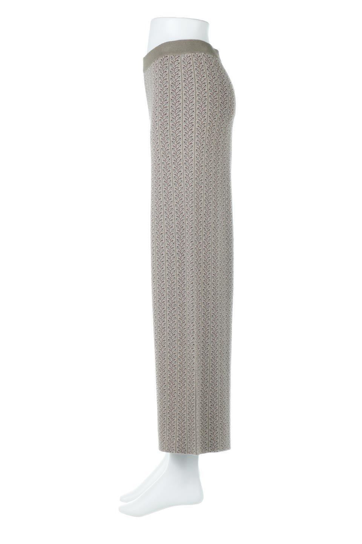 JacquardWeaveSoftKnitPantsソフトジャカード・ニットパンツ大人カジュアルに最適な海外ファッションのothers(その他インポートアイテム)のボトムやパンツ。オリジナルの幾何学な花柄を4色の糸を使いレトロに表現したジャカード織りのロングパンツ。柄のパンツに抵抗がある方でも試しやすいニュアンス感がある曖昧なカラーで、「日常に馴染み」「大人のはずし」に丁度よいソフトな履き心地のパンツです。/main-2