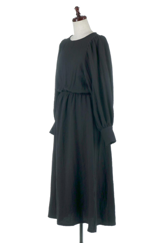 VolumeSleeveTexturedLongDressボリュームスリーブ・ロングワンピース大人カジュアルに最適な海外ファッションのothers(その他インポートアイテム)のワンピースやマキシワンピース。サラリとした肌触りで凹凸のあるリップル生地を使ったロングワンピース。たっぷりとした袖は袖口にかわいいクルミボタンが付いています。/main-11