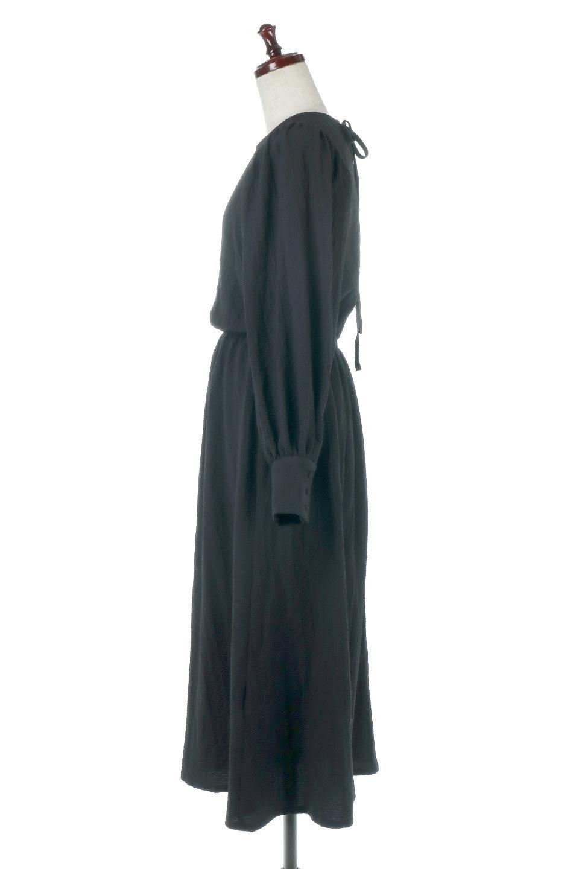VolumeSleeveTexturedLongDressボリュームスリーブ・ロングワンピース大人カジュアルに最適な海外ファッションのothers(その他インポートアイテム)のワンピースやマキシワンピース。サラリとした肌触りで凹凸のあるリップル生地を使ったロングワンピース。たっぷりとした袖は袖口にかわいいクルミボタンが付いています。/main-12