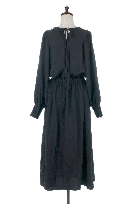 VolumeSleeveTexturedLongDressボリュームスリーブ・ロングワンピース大人カジュアルに最適な海外ファッションのothers(その他インポートアイテム)のワンピースやマキシワンピース。サラリとした肌触りで凹凸のあるリップル生地を使ったロングワンピース。たっぷりとした袖は袖口にかわいいクルミボタンが付いています。/main-14