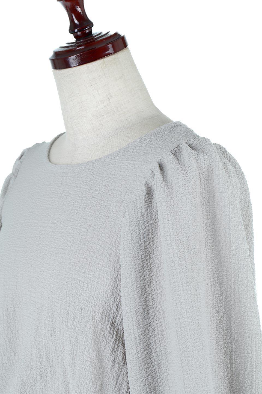VolumeSleeveTexturedLongDressボリュームスリーブ・ロングワンピース大人カジュアルに最適な海外ファッションのothers(その他インポートアイテム)のワンピースやマキシワンピース。サラリとした肌触りで凹凸のあるリップル生地を使ったロングワンピース。たっぷりとした袖は袖口にかわいいクルミボタンが付いています。/main-16