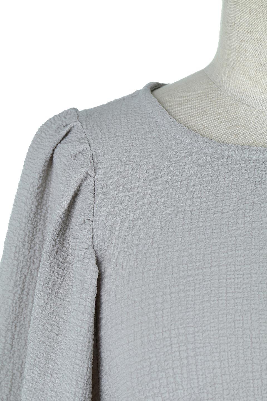 VolumeSleeveTexturedLongDressボリュームスリーブ・ロングワンピース大人カジュアルに最適な海外ファッションのothers(その他インポートアイテム)のワンピースやマキシワンピース。サラリとした肌触りで凹凸のあるリップル生地を使ったロングワンピース。たっぷりとした袖は袖口にかわいいクルミボタンが付いています。/main-18