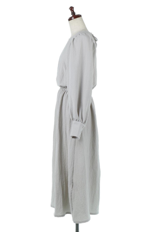 VolumeSleeveTexturedLongDressボリュームスリーブ・ロングワンピース大人カジュアルに最適な海外ファッションのothers(その他インポートアイテム)のワンピースやマキシワンピース。サラリとした肌触りで凹凸のあるリップル生地を使ったロングワンピース。たっぷりとした袖は袖口にかわいいクルミボタンが付いています。/main-2