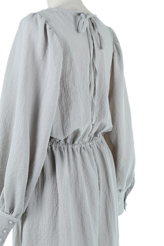 VolumeSleeveTexturedLongDressボリュームスリーブ・ロングワンピース大人カジュアルに最適な海外ファッションのothers(その他インポートアイテム)のワンピースやマキシワンピース。サラリとした肌触りで凹凸のあるリップル生地を使ったロングワンピース。たっぷりとした袖は袖口にかわいいクルミボタンが付いています。/main-20