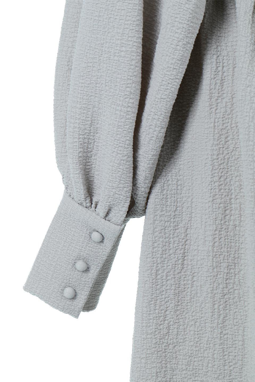 VolumeSleeveTexturedLongDressボリュームスリーブ・ロングワンピース大人カジュアルに最適な海外ファッションのothers(その他インポートアイテム)のワンピースやマキシワンピース。サラリとした肌触りで凹凸のあるリップル生地を使ったロングワンピース。たっぷりとした袖は袖口にかわいいクルミボタンが付いています。/main-21