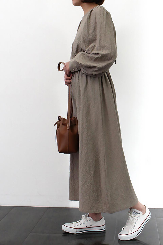 VolumeSleeveTexturedLongDressボリュームスリーブ・ロングワンピース大人カジュアルに最適な海外ファッションのothers(その他インポートアイテム)のワンピースやマキシワンピース。サラリとした肌触りで凹凸のあるリップル生地を使ったロングワンピース。たっぷりとした袖は袖口にかわいいクルミボタンが付いています。/main-25