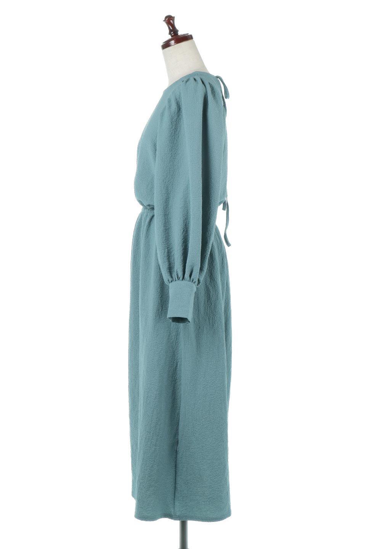 VolumeSleeveTexturedLongDressボリュームスリーブ・ロングワンピース大人カジュアルに最適な海外ファッションのothers(その他インポートアイテム)のワンピースやマキシワンピース。サラリとした肌触りで凹凸のあるリップル生地を使ったロングワンピース。たっぷりとした袖は袖口にかわいいクルミボタンが付いています。/main-7