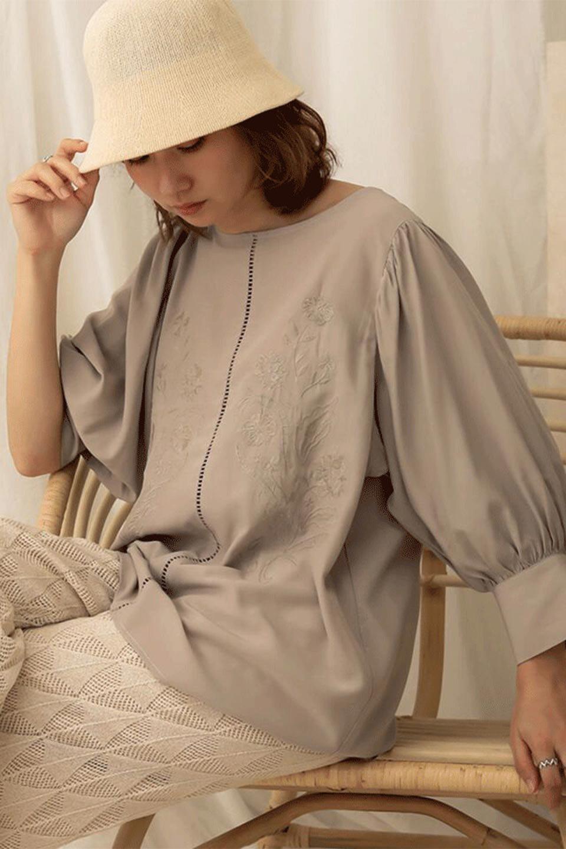 EmbroideredSatinBlouse刺繍入り・サテンブラウス大人カジュアルに最適な海外ファッションのothers(その他インポートアイテム)のトップスやシャツ・ブラウス。胸元のさりげない刺繍が可愛い7分袖のサテンブラウス。センターはしごレースを挟んでいるので高見えするアイテムです。/main-22