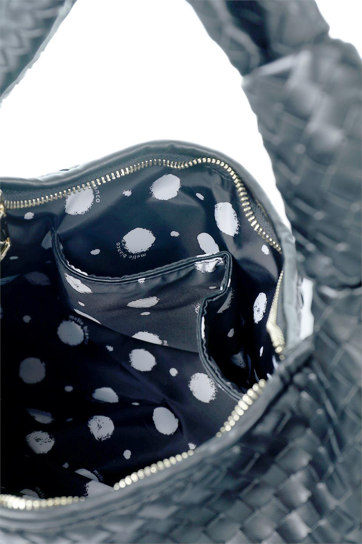 meliebiancoのBrigitte(Black)ウーヴンホーボーバッグ/海外ファッション好きにオススメのインポートバッグとかばん、MelieBianco(メリービアンコ)のバッグやショルダーバッグ。バターのようになめらかな手触りのビーガンレザーを使用した編み込みのホーボーバッグ。ソフトなマテリアルなので肩に掛けたときの「しっくり感」は最高です。/main-10