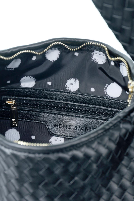 meliebiancoのBrigitte(Black)ウーヴンホーボーバッグ/海外ファッション好きにオススメのインポートバッグとかばん、MelieBianco(メリービアンコ)のバッグやショルダーバッグ。バターのようになめらかな手触りのビーガンレザーを使用した編み込みのホーボーバッグ。ソフトなマテリアルなので肩に掛けたときの「しっくり感」は最高です。/main-11