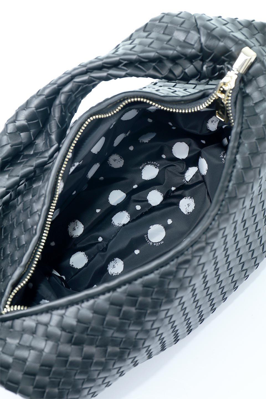 meliebiancoのBrigitte(Black)ウーヴンホーボーバッグ/海外ファッション好きにオススメのインポートバッグとかばん、MelieBianco(メリービアンコ)のバッグやショルダーバッグ。バターのようになめらかな手触りのビーガンレザーを使用した編み込みのホーボーバッグ。ソフトなマテリアルなので肩に掛けたときの「しっくり感」は最高です。/main-12