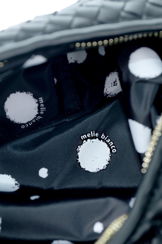 meliebiancoのBrigitte(Black)ウーヴンホーボーバッグ/海外ファッション好きにオススメのインポートバッグとかばん、MelieBianco(メリービアンコ)のバッグやショルダーバッグ。バターのようになめらかな手触りのビーガンレザーを使用した編み込みのホーボーバッグ。ソフトなマテリアルなので肩に掛けたときの「しっくり感」は最高です。/main-13