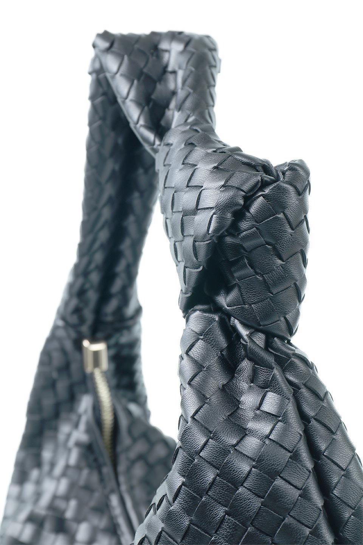 meliebiancoのBrigitte(Black)ウーヴンホーボーバッグ/海外ファッション好きにオススメのインポートバッグとかばん、MelieBianco(メリービアンコ)のバッグやショルダーバッグ。バターのようになめらかな手触りのビーガンレザーを使用した編み込みのホーボーバッグ。ソフトなマテリアルなので肩に掛けたときの「しっくり感」は最高です。/main-5